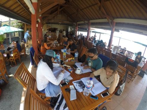Para murid sedang mengerjakan ujian tulis